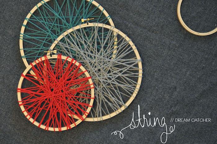 holzring basteln, drei ringe aus holz in verschiedener größe dekoriert mit garn in verschiedenen farben