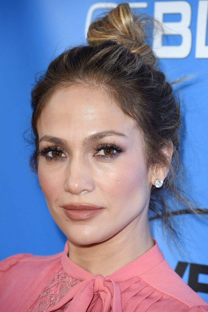 Jennifer Lopez, Haardutt, kleine Ohrringeq dezentes Make up, rosa Bluse