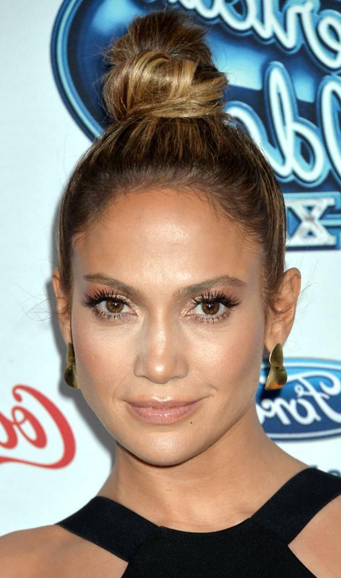 Jennifer Lopez, braune Augen, blonde Strähne, goldene Ohrringe, schwarzes Kleid, Haardutt