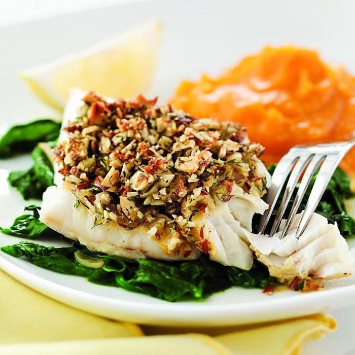 fisch mit nüssen und grünem salat, kalorienarm kochen, zitrone, gesundes mittagessen