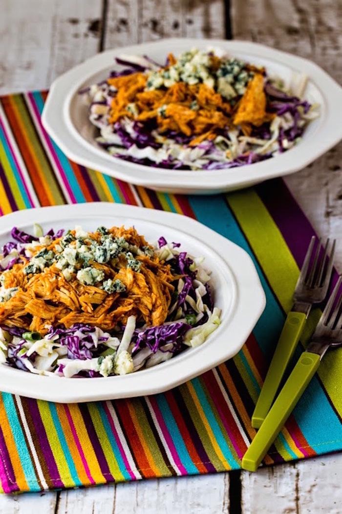 zwei teller mit salat, roter und weißer kraut, zwei gabel, kalorienarm kochen