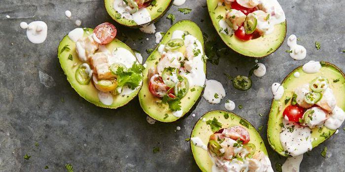 kalorienarme lebensmittel, avocadohälften gefüllt mit salat und soße, schnelle rezepte