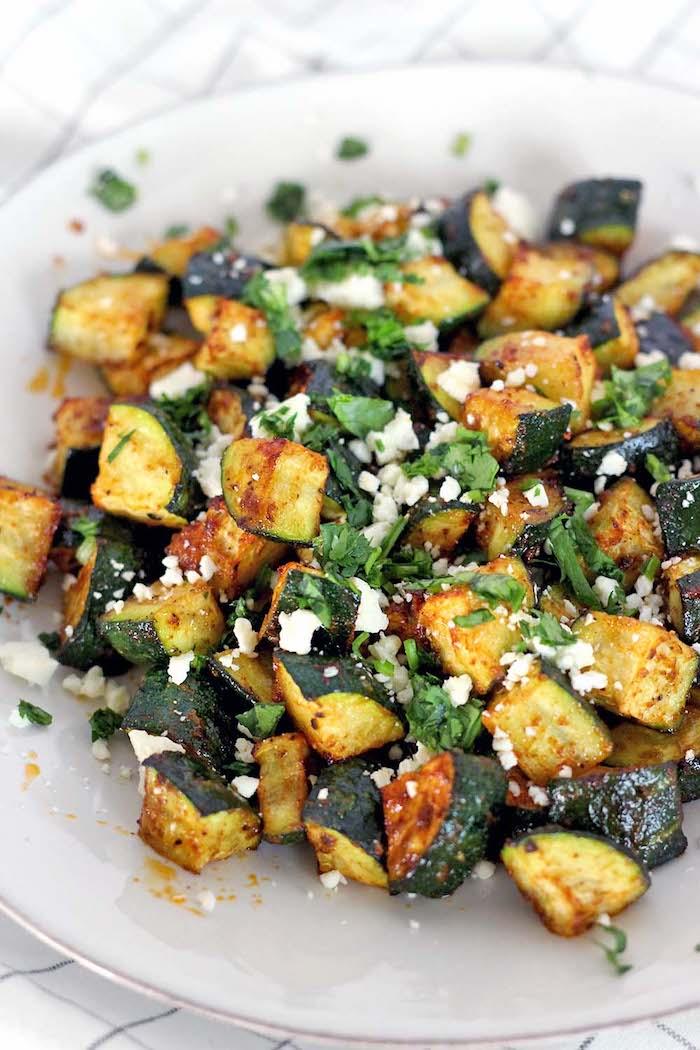 zucchinni mit bulgarischer käse und soße, kalorienarme lebensmittel, gesunder salat