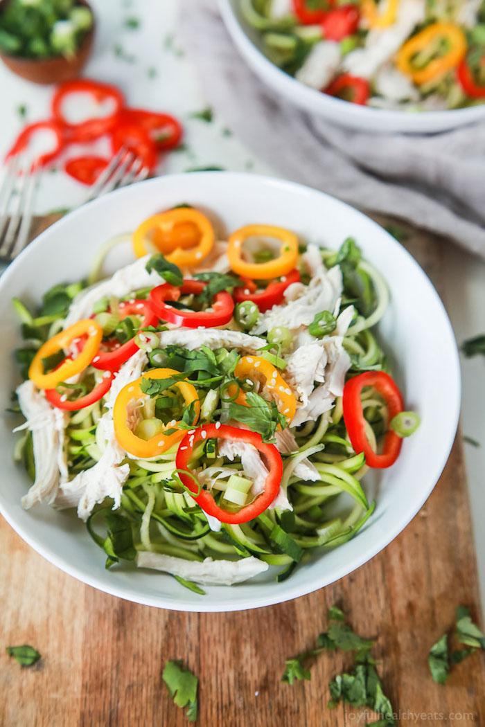 gesunder salat mit paprika, hühnerfleisch, zucchini und sesam, kalorienarme rezepte
