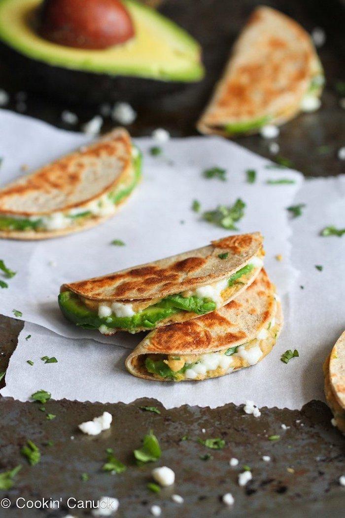 quesadilla mit avocado zubereiten, schnelle rezepte, kalorienarmes essen, avocadohälfte
