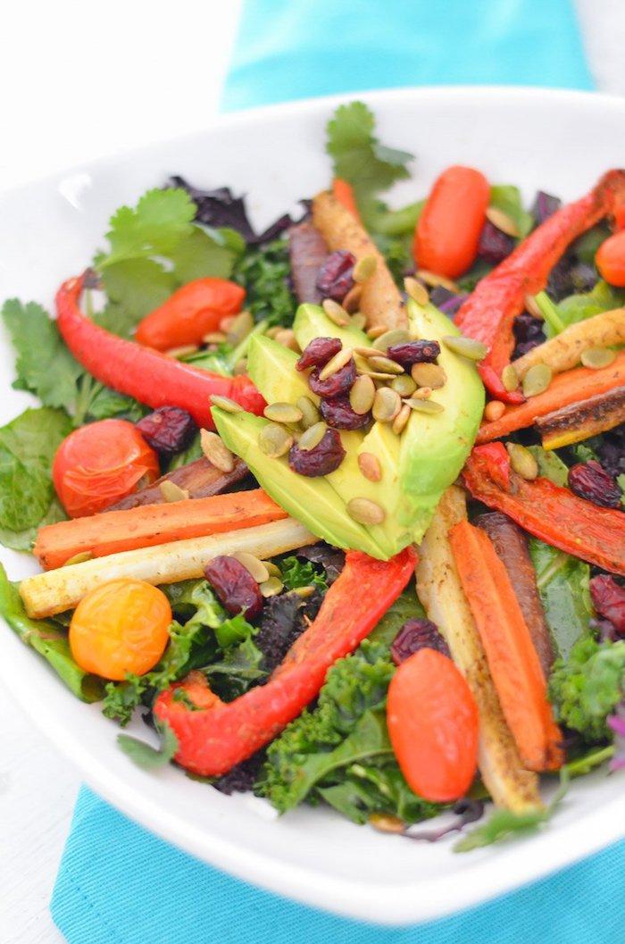kalorienarmes essen, schale mit salat, grüner salat mit rotem paprika, cherry tomaten und samen