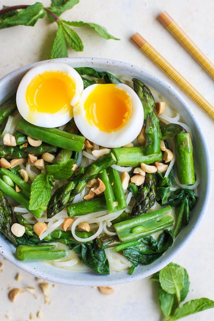 kalorienarmes essen, salat mit einern, grüne salatblättern, erdnüssen, gesund leben