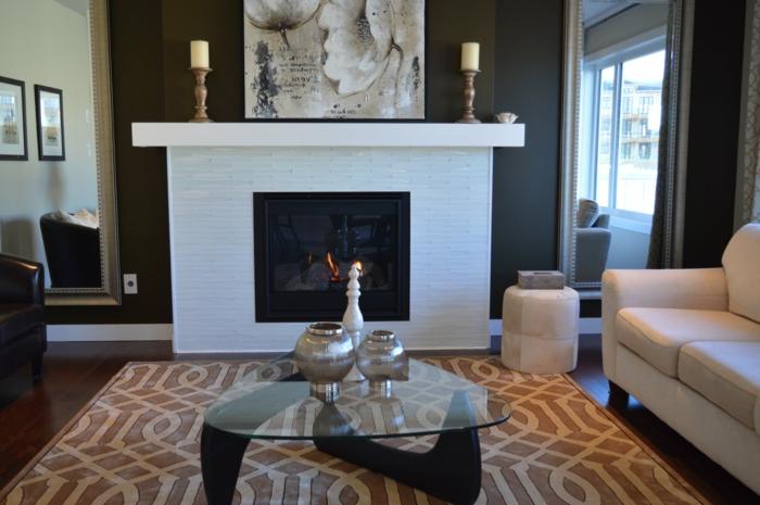 ein weißer Kamin, ein bunter Teppich, ein weißer Sessel, Tisch aus Glas, Wohnzimmergestaltung