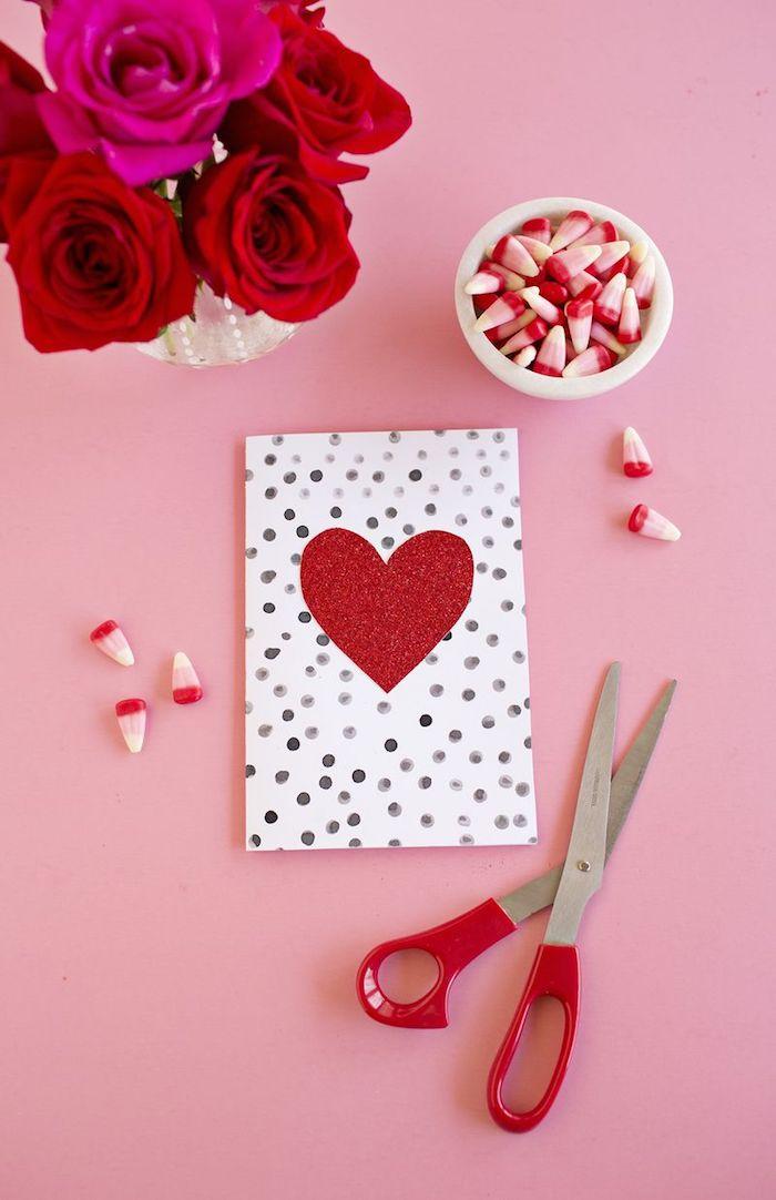 Hochzeitskarte selber basteln, rotes Herz aus Glitter, schöner Rosenstrauß