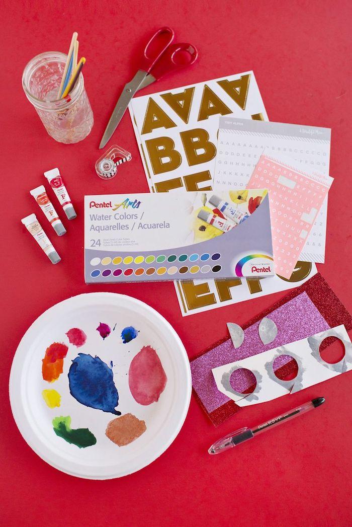 Materialien für selbstgemachte Karten, Sticker Wasserfarben Pinsel und Schere