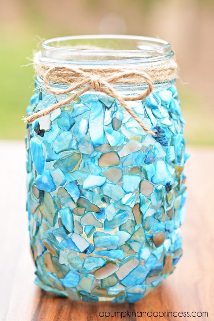 Kerzenhalter selbst gestalten, Einmachglas mit kleinen Deko Steinen und Schnur verzieren