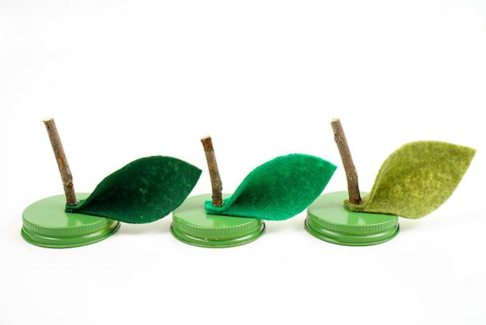 Obst Kerzen selber machen, Blätter aus grünem Filzstoff ausschneiden und auf Deckel kleben