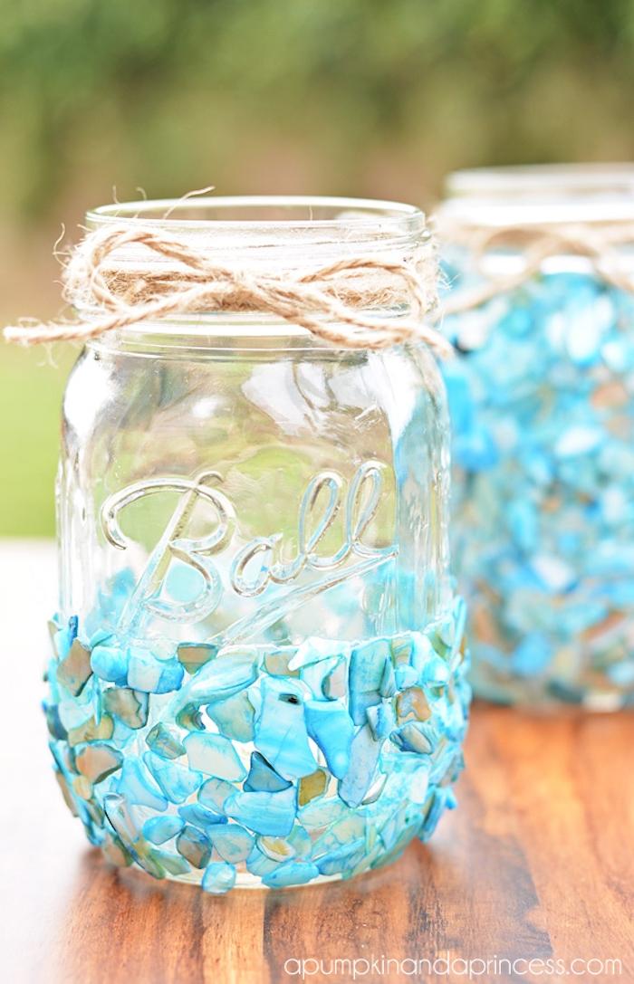 Kerzenhalter selbst gestalten, Einmachglas mit kleinen blauen Deko Steinen verzieren