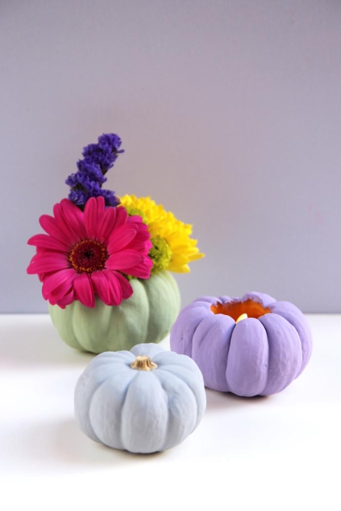 Kleine Kürbisse bunt bemalen und aushöhlen, Kerzenhalter und Vase aus Kürbissen