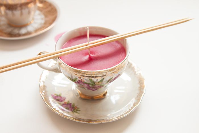 Kreative DIY Idee, Kerze in Porzellan Teetasse, rote Paraffin Wachs