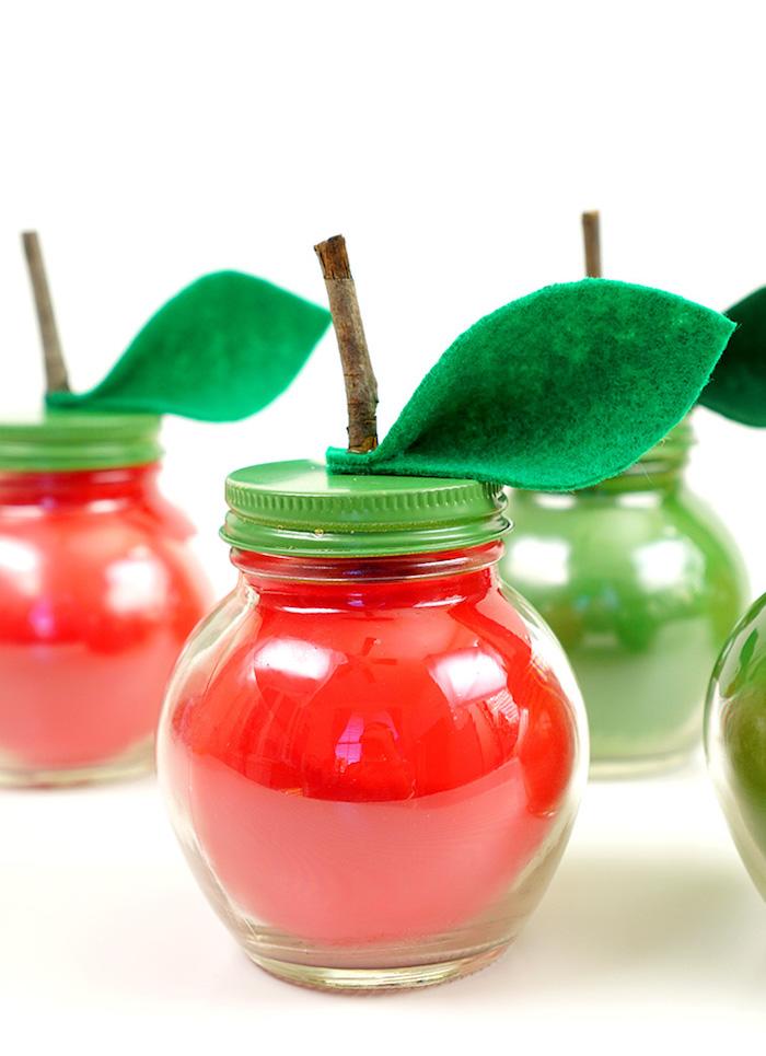 Obst Kerzen selber machen, rote Äpfel und grüne Birnen, Blätter aus grünem Filzstoff kleben