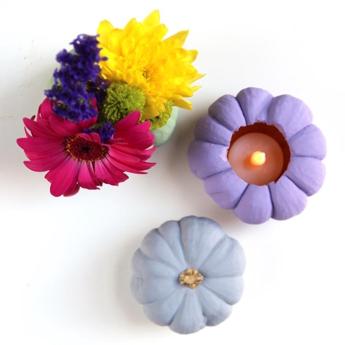 Kreative DIY Idee für herbstliche Tischdeko, Vase und Kerzenhalter aus kleinen Kürbissen