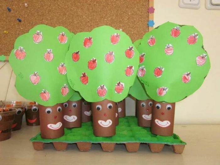 ein Obstgarten mit Äpfelbäumen, Bastelideen mit Klopapierrollen auf Eierkarton