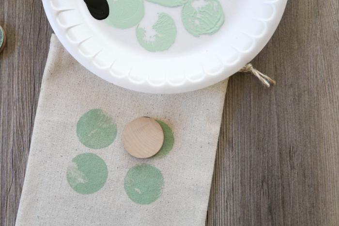 kleine Geschenktüten, nachdem Sie sie genäht haben, dekorieren Sie mit Stempeln