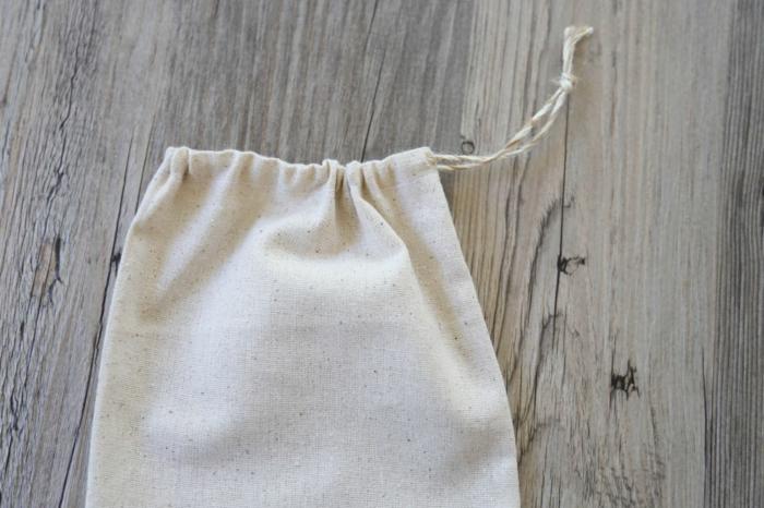 die hintere Seite von einer Tüte, kleine Geschenktüten aus Sackleinen