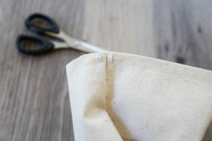 eine kleine Tüte aus Sackleinen, wie man es nähen kann, kleine Geschenktüten