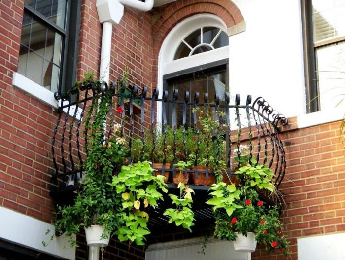 sitzecke balkon, auf diese mini terrasse gibt es platz für nur ein stuhl, hängende pflanzen, grüne deko ideen