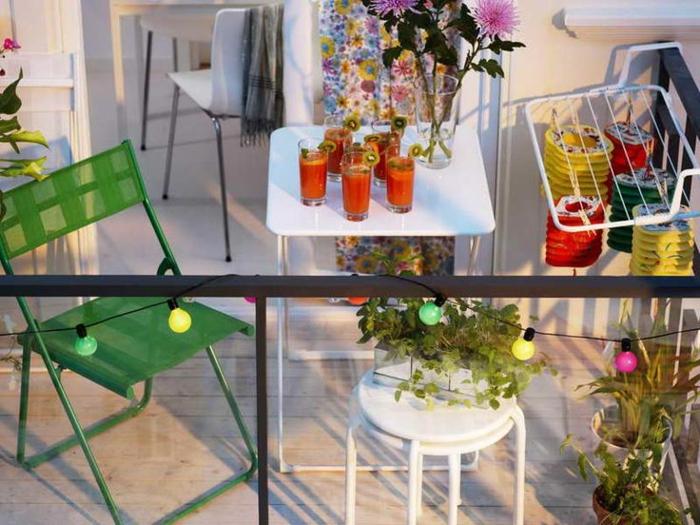 balkon verschönern, bunte leuchten, lichtkette, grüner stuhl, frische säfte, deko ideen