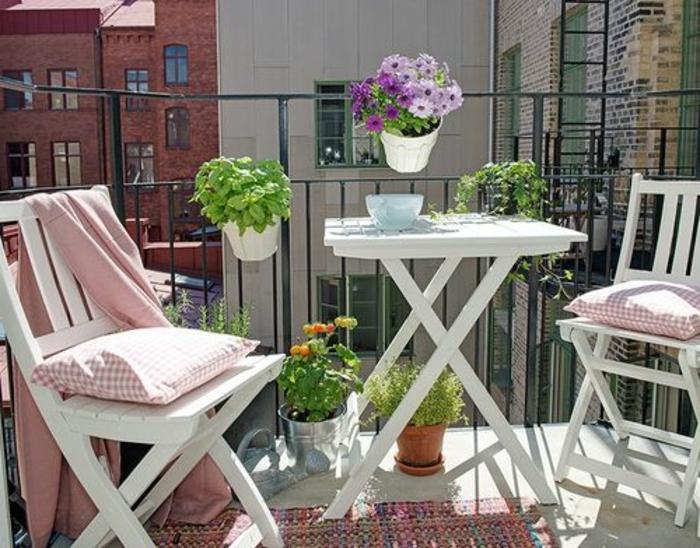 balkon verschönern, skandinavischer stil weiße möbel, tisch und stühle, bunte blumen, deko ideen