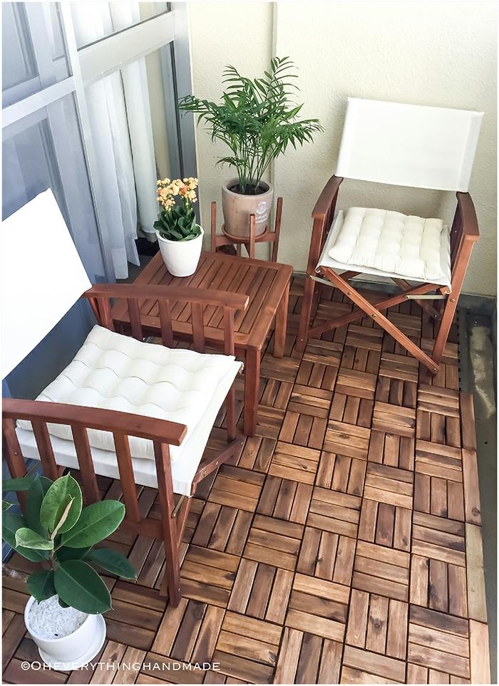 gemütliche sitzecke balkon, hölzerne möbel, blumentopf, deko idee, brauner boden, fliesen