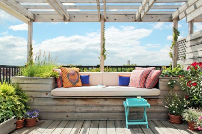 sitzecke balkon eine bank aus holz oder paletten selber machen, frisch und schön wirken lassen mit bunten kissen und vielen pflanzen, kleiner stuhl türkis farbe