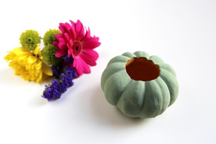 Kürbis blau bemalen, aushöhlen und Kerze darin stecken, bunte Blumen