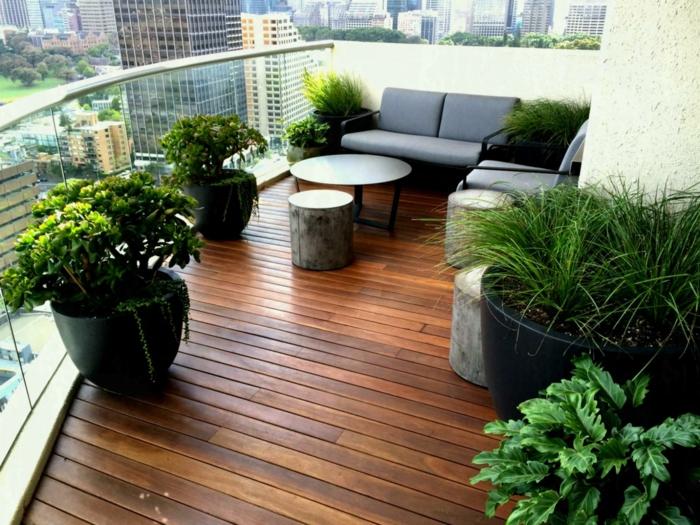 wohnen in einer großstadt und nah der natur bleiben, viele grüne pflanzen auf terrasse oder balkonschmalen balkon gestalten,