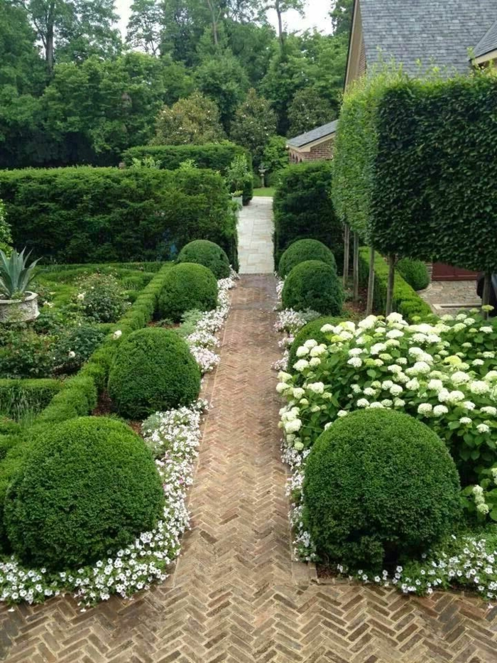 landschaftspark, büsche, blumen in weiß, schöne natürliche gartendekoration wie für ein fest