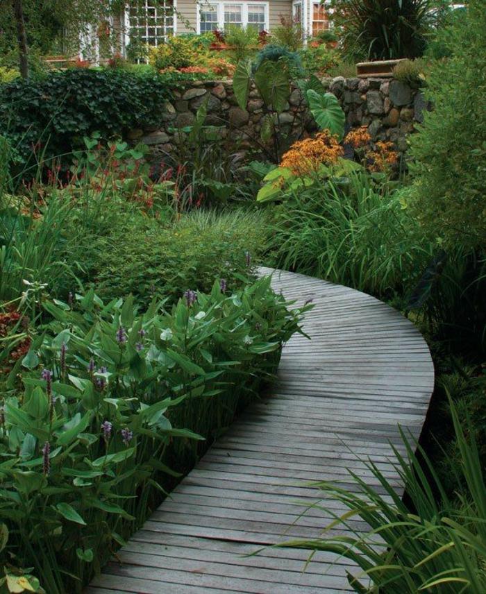 ein garten wie landschaftspark, grüne pflanzen als dekoration im eigenen garten, holzweg