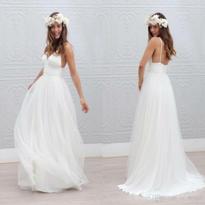 weiße Blumen im Haar, Ausschnitt in der Form von Herz, langer Rock, Brautkleid vintage schlicht