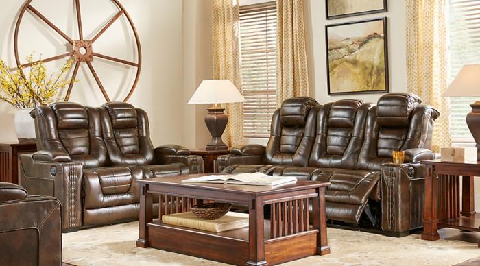 fünf Sessel aus Leder, ein Tisch aus Holz, beiger Teppich, Wohnzimmergestaltung