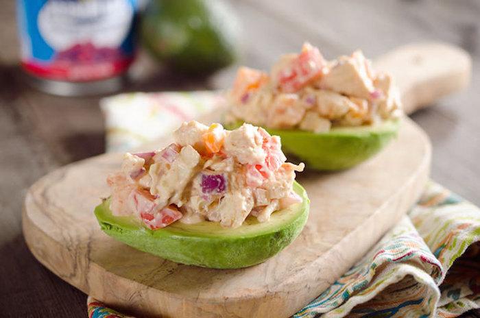 leicht verdauliches essen, avocado mit salat und soße, gefüllte avocadohälften, gesunde rezepte
