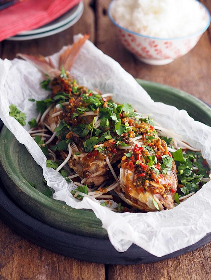 gebackener fisch mit gewürzen, leicht verdauliches essen, petersilie, backpapier
