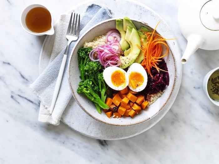 gesunder salat mit avocado eiern, brokkoli, zweibeln, karotten, leicht verdauliches essen