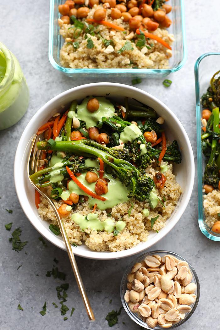 kleine schale mit erdnüssen, gesunder salat mit quinoa und brokkoli, schnelle rezepte