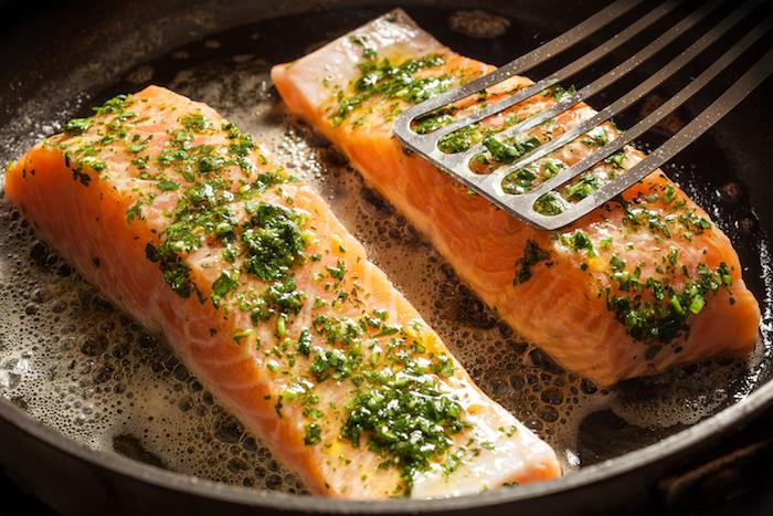 leichte sommergerichte, pfane, fisch braten, salamon mit gewürzen, schnelle rezepte