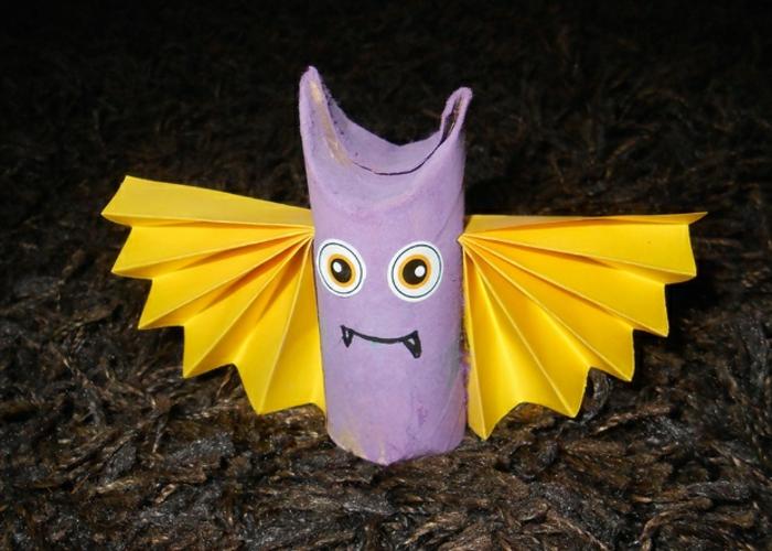 gelbe Flügel, lila Papier als Körper und große Augen, Bastelideen mit Klopapierrollen