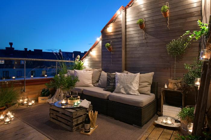 romantischer balkon gestalten, ein foto am abend, beleuchung, blumen.palettenmbel, perfekter raum für party