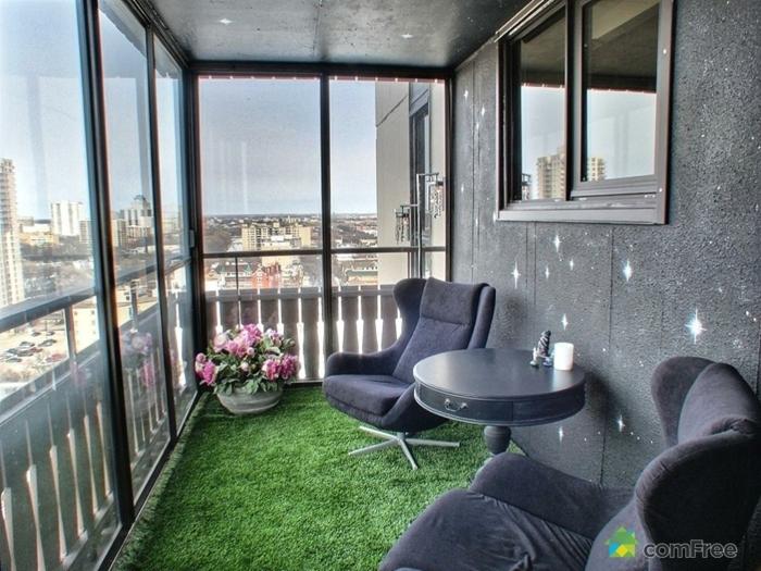 balkon gestalten mit wenig geld, stilvolle idee mit künstlichem gras auf dem boden, graue sessel, tisch, rosa großartige blume