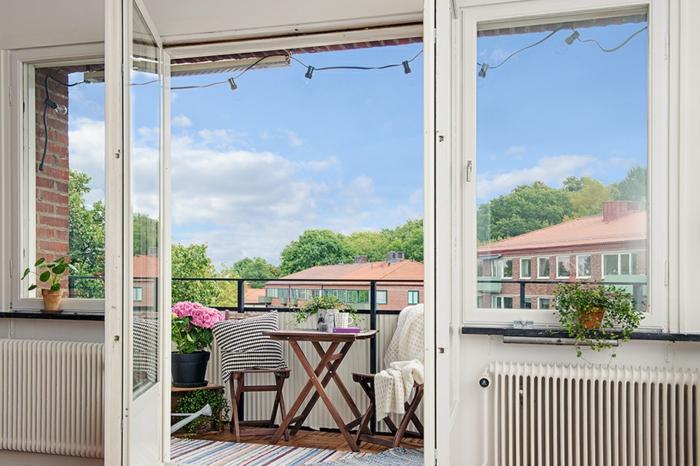 schönen balkon gestalten mit wenig geld, kleiner offener raum, vom wohnzimmer direkt in den balkon, zwei stühle mit tisch
