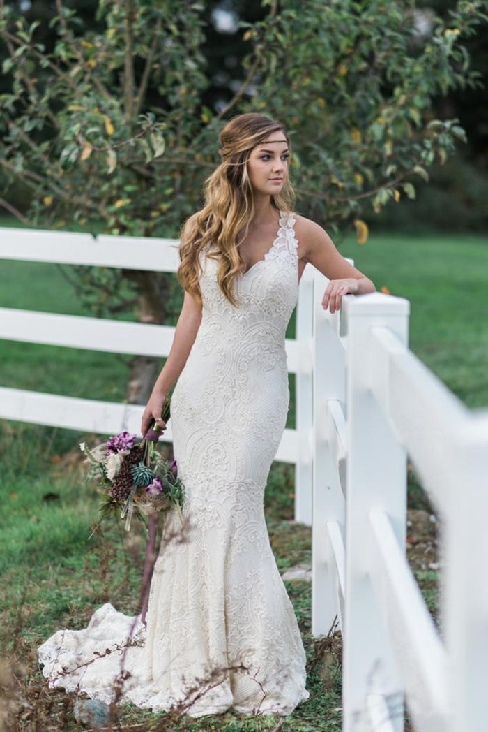 ein Brautkleid in Meeresjungfrau Linie, Brautkleid Boho Spitze, blonde Braut