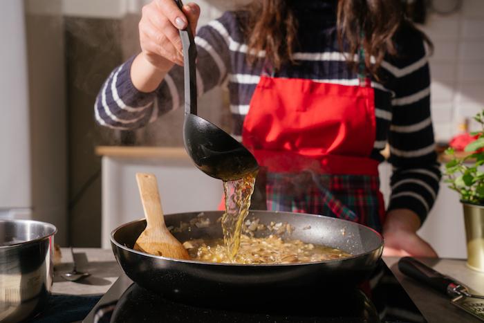 Risotto Rezept, heiße Gemüsebouillon hinzufügen, so dass der Reis bedeckt ist