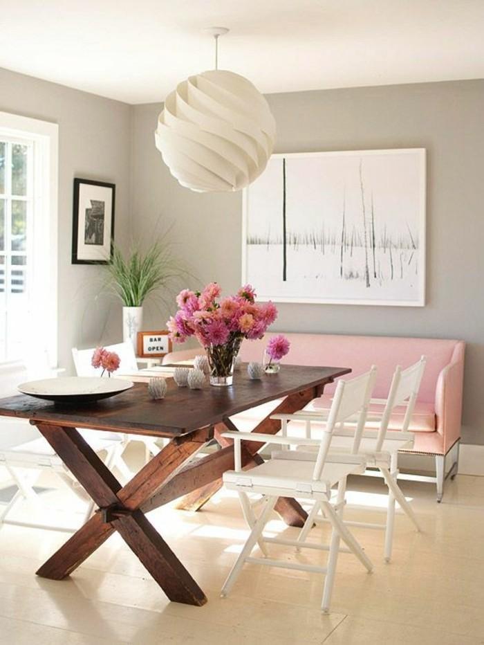hölzerner tisch für kleine küche mit pinken blumen dekorieren, wandbild in weiß, rosa sofa in der nähe, große runde weiße lampe