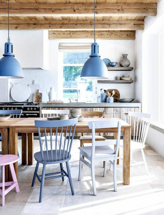 einrichtungsideen, tisch für kleine küche, blaue lampen und stühle mit dem natürlich braunen tisch kombinieren