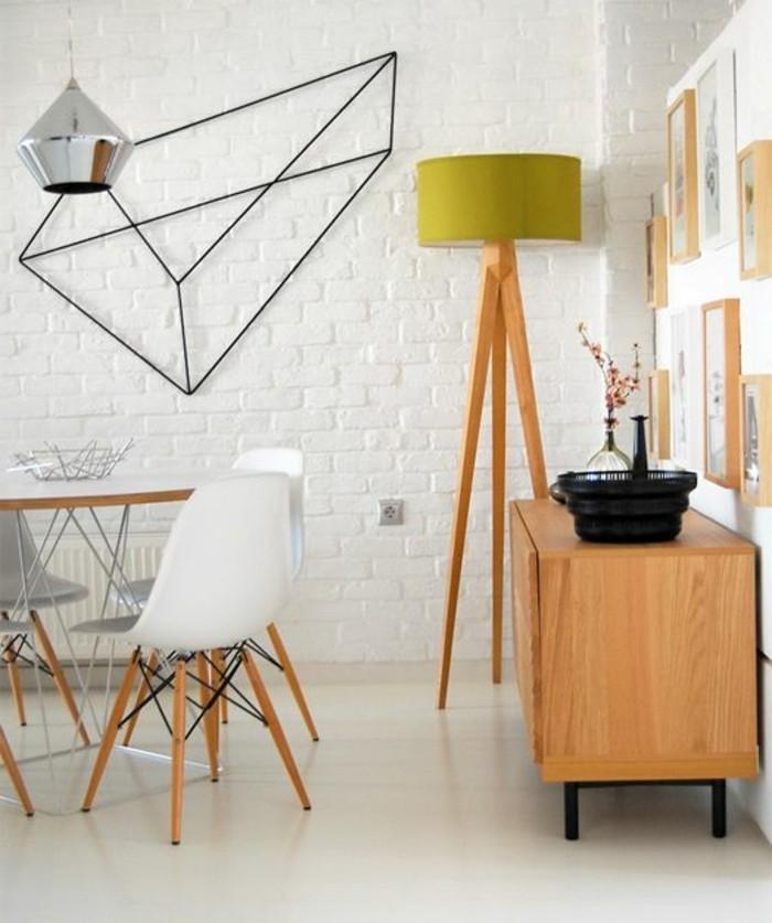 moderne einrichtung in der küche oder im esszimmer, tisch für kleine küche, ikea möbel und deko, gelbe lampe. stehlampe